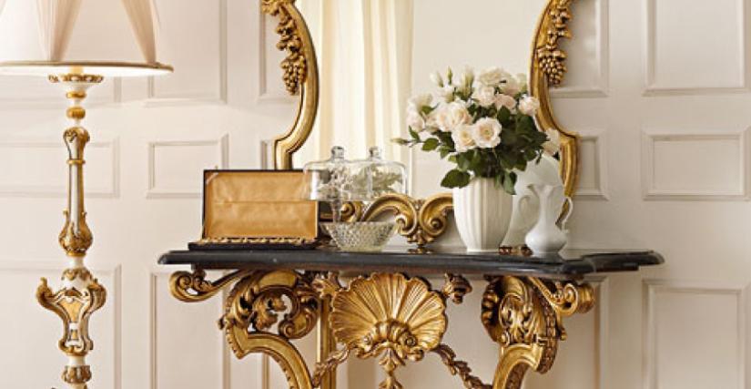 • 3010 консольный столик (L04 с черным мрамором) cm. 160 x 54 x 96 h. • 3010/S зеркало (L04) cm. 118 x 129 h. • 955 торшер с абажуром (белый и золото) cm. ø 60 x 190 h.
