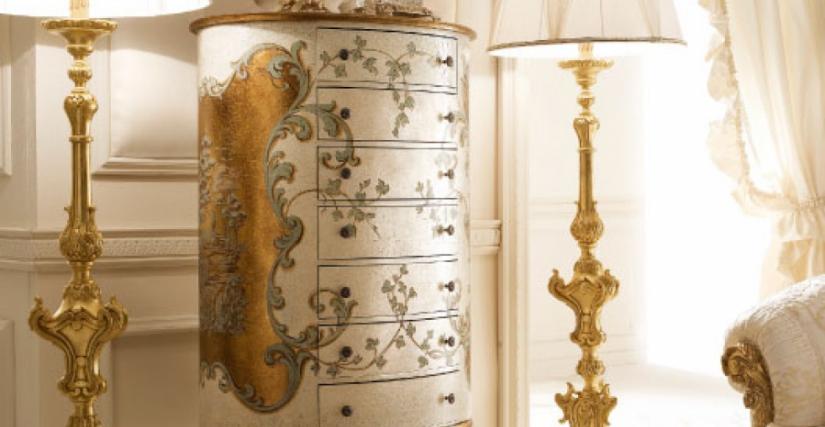 • 2044 Высокий комод овальный (кракле серебра-золота с декором) cm. 62 x 83 x 154 h.