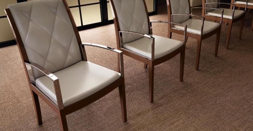 Кресло с подлокотниками из натурального дерева DC502