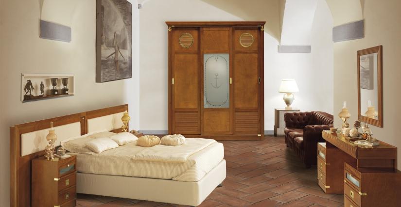 Двуспальная комната, отделка натуральным красным деревом.