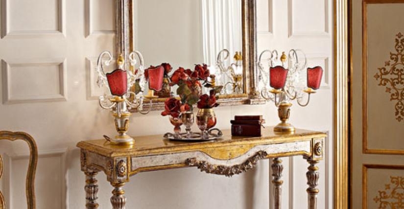 • 3008 консольный столик (L25) cm. 130 x 42 x 89 h. • 3008/S зеркало (L25) cm. 100 x 114 h. • 948 лампа со стеклянными подвесками и красными абажурами-экранами (L13) cm. ø 36 x 46 h.