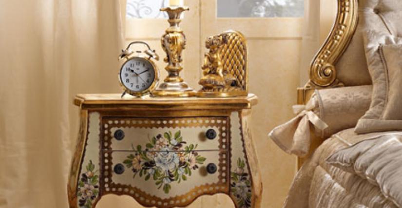 • 216 прикроватный столик (L02) cm. 57 x 37 x 67 h. • 929/1 настольная лампа с абажуром (L05) cm. ø 25 x 48 h.