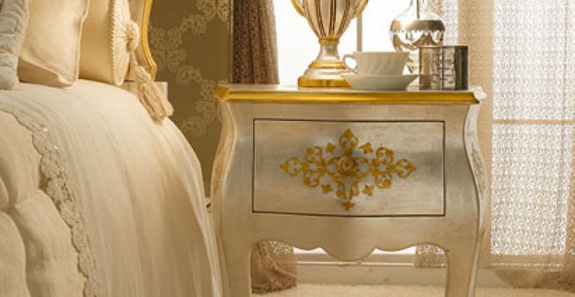 • 215/C прикроватный столик (флорентийское серебро) cm. 51 x 32 x 60 h. • 922/P настольная лампа с абажуром (L13) cm. ø 25 x 40 h