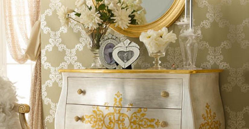 • 1081 зеркало (L04 с резьбой) cm. 80 x 95 h. • 215 комод (флорентийское серебро) cm. 110 x 49 x 87 h. • 933/1 бра (L13) cm. 15 x 34 h.
