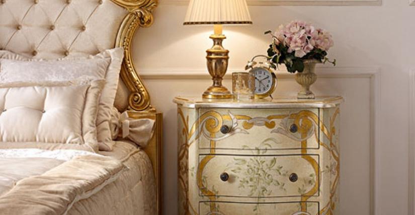 • 2018 прикроватный столик с резьбой и зеленым декором cm. 65 x 40 x 75 h. • 923/P настольная лампа (L05) cm. ø 25 x 40 h.