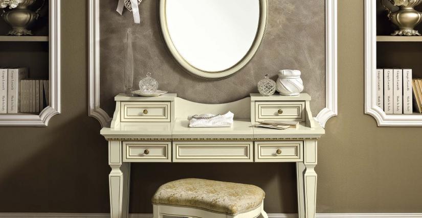 Овальное зеркало Размеры: Ш.68 Г.6 В.95  Пуф ECO Размеры: Ш.57 Г.42 В.50