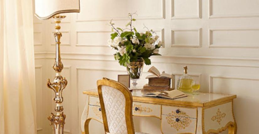 • 291 письменный стол (L01) cm. 121 x 60 x 78 h. • 715 стул (L04 - S16) cm. 50 x 54 x 99 h. • 955 торшер с абажуром (белый и золото) cm. 42 x 33 x 190 h.