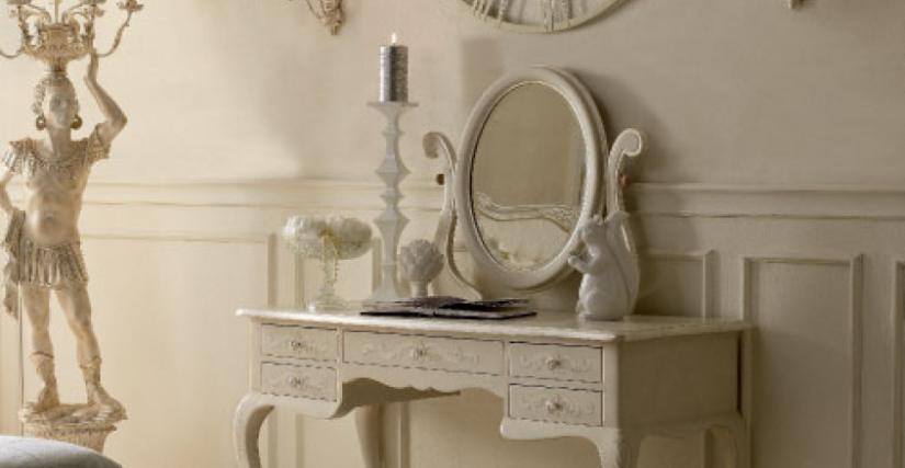 • 2034 туалетный столик (L01) cm. 170 x 56 x 76 h. • 1081 зеркало (L04 с резьбой) cm. 80 x 95 h. • 715 стул (L04 - S16) cm. 50 x 54 x 99 h. • 954 торшер (L04) cm. ø 60 x 210 h.