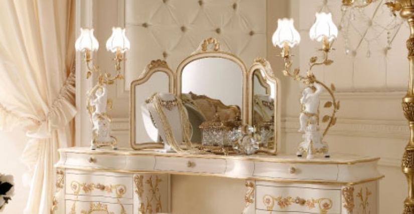• 2049/T Туалетный столик (L46 с декором) cm. 180 x 45 x 83 h. • 747 Банкетка (L46 - s20) cm. ø 57 x 55 h. • 1145 Зеркало для туалетного столика (L46) cm. 93 x 60 h. • 919 Лампа-ангел (L05) cm. 30 x 70 h. • СТЕНОВЫЕ ПАНЕЛИ стеновые панели обитые (белые -